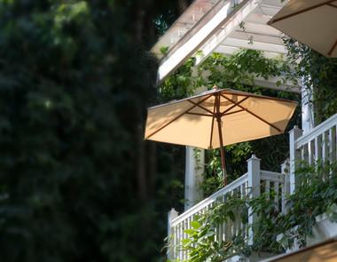 Parasol na balkon, czyli jak spędzać czas na świeżym powietrzu