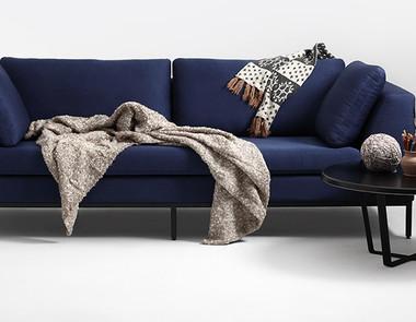 Sofa na nóżkach i wszystko co należy o niej wiedzieć