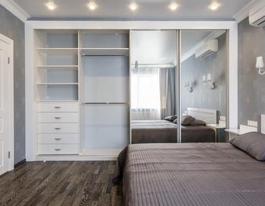 Szafa na całą ścianę - jak sprawdzi się w sypialni?
